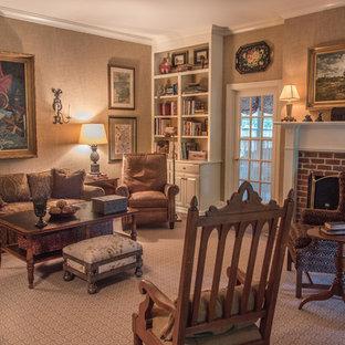 ナッシュビルの中サイズのヴィクトリアン調のおしゃれなファミリールーム (茶色い壁、濃色無垢フローリング、標準型暖炉、レンガの暖炉まわり、テレビなし) の写真