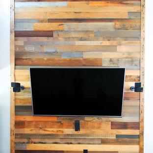 Foto de sala de estar con biblioteca cerrada, rural, pequeña, sin chimenea, con paredes blancas, suelo de madera oscura y televisor colgado en la pared