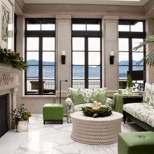Abgetrenntes Klassisches Wohnzimmer mit Marmorboden, Kamin, Kaminsims aus Stein und weißem Boden in Vancouver
