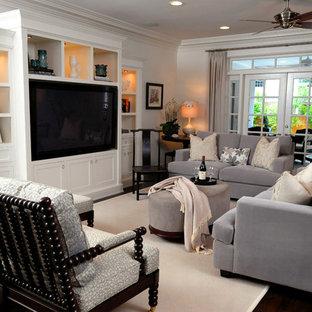タンパの中サイズのおしゃれなファミリールーム (白い壁、濃色無垢フローリング、暖炉なし、埋込式メディアウォール、茶色い床) の写真