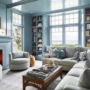 プロビデンスのビーチスタイルのおしゃれな独立型ファミリールーム (青い壁、濃色無垢フローリング、標準型暖炉、石材の暖炉まわり、茶色い床) の写真