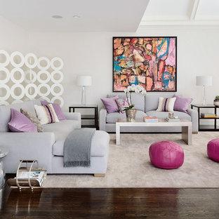 Diseño de sala de estar actual, de tamaño medio, sin chimenea, con paredes blancas y suelo de madera oscura