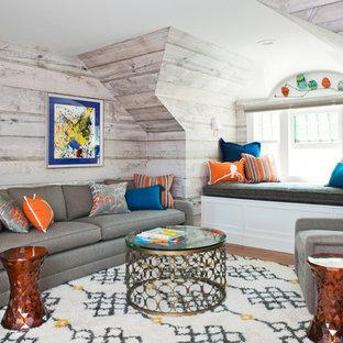 Diseño de sala de estar tradicional renovada, pequeña, sin chimenea y televisor, con suelo de madera en tonos medios