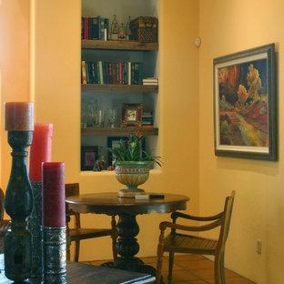 Immagine di un soggiorno american style di medie dimensioni e aperto con sala giochi, pareti gialle e pavimento in terracotta