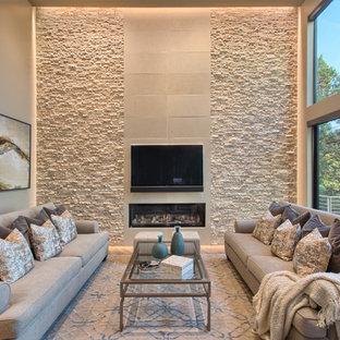 Bild på ett funkis allrum, med en bred öppen spis, en väggmonterad TV och beige väggar