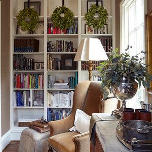 Imagen de sala de estar con biblioteca tradicional con paredes marrones y suelo de madera oscura
