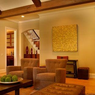 Idee per un grande soggiorno classico chiuso con angolo bar, pareti beige, parquet chiaro, camino classico, cornice del camino in pietra e parete attrezzata