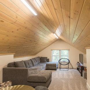 Immagine di un soggiorno moderno di medie dimensioni e chiuso con libreria, pareti bianche, moquette, nessun camino e TV autoportante