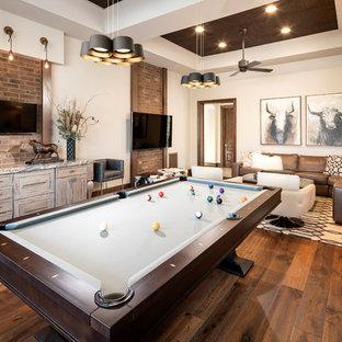 フェニックスのサンタフェスタイルのおしゃれな独立型ファミリールーム (ゲームルーム、ベージュの壁、無垢フローリング、壁掛け型テレビ、暖炉なし) の写真