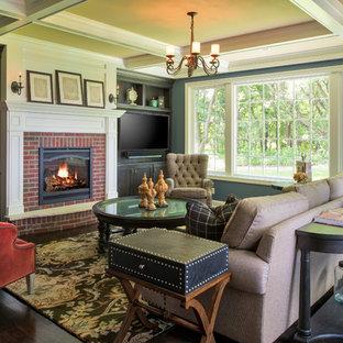 ミネアポリスのトラディショナルスタイルのおしゃれなファミリールーム (青い壁、濃色無垢フローリング、標準型暖炉、レンガの暖炉まわり、埋込式メディアウォール、茶色い床) の写真