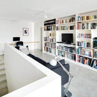 Skandinavisches Wohnzimmer im Loft-Stil mit weißer Wandfarbe, Betonboden und freistehendem TV in Perth