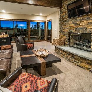 Diseño de sala de estar con barra de bar abierta, asiática, grande, con moqueta, chimenea tradicional, marco de chimenea de piedra y televisor colgado en la pared