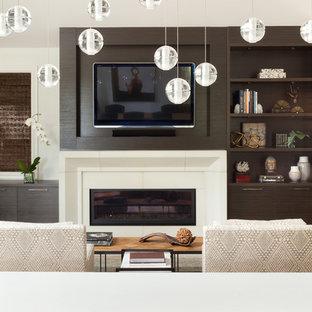 Ejemplo de sala de estar abierta, clásica renovada, de tamaño medio, con chimenea lineal, marco de chimenea de piedra, televisor colgado en la pared y suelo beige