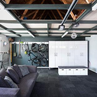 Modernes Wohnzimmer mit weißer Wandfarbe, Teppichboden, schwarzem Boden, gewölbter Decke und Holzdecke in Auckland