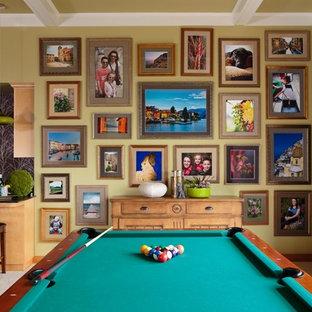 Idee per un soggiorno classico di medie dimensioni e aperto con sala giochi, pareti verdi, moquette, nessun camino, nessuna TV e pavimento beige