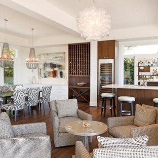Imagen de sala de estar con barra de bar abierta, contemporánea, con suelo de madera oscura