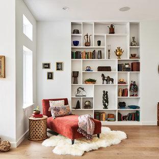 Idee per un grande soggiorno moderno aperto con pareti bianche, libreria, parquet chiaro e pavimento beige
