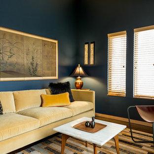 ポートランドの中サイズのアジアンスタイルのおしゃれな独立型ファミリールーム (青い壁、無垢フローリング、据え置き型テレビ、茶色い床) の写真