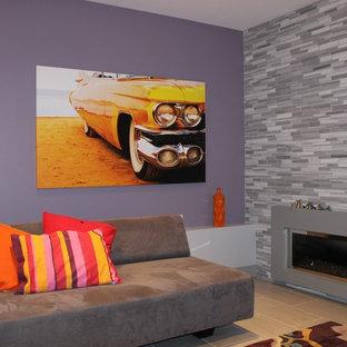 Exemple d'une salle de séjour éclectique fermée et de taille moyenne avec un mur violet, un sol en carrelage de céramique, une cheminée standard et un manteau de cheminée en pierre.