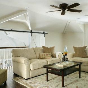 Foto di un soggiorno country di medie dimensioni e stile loft con pareti beige e parquet scuro