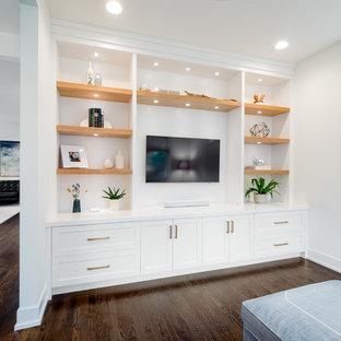デトロイトのトランジショナルスタイルのおしゃれなファミリールーム (白い壁、濃色無垢フローリング、埋込式メディアウォール、暖炉なし、茶色い床) の写真