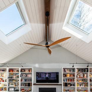 ワシントンD.C.の大きいシャビーシック調のおしゃれなファミリールーム (ライブラリー、青い壁、濃色無垢フローリング、標準型暖炉、レンガの暖炉まわり、壁掛け型テレビ) の写真