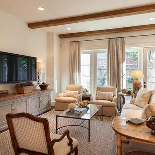 ヒューストンの中サイズのトラディショナルスタイルのおしゃれな独立型ファミリールーム (ベージュの壁、壁掛け型テレビ、濃色無垢フローリング、暖炉なし、茶色い床) の写真