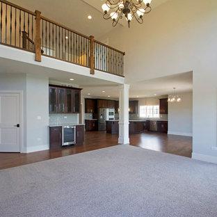 Klassisches Wohnzimmer im Loft-Stil mit grauer Wandfarbe, Teppichboden, Kamin, Kaminumrandung aus Stein und rosa Boden in Chicago