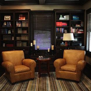 Ejemplo de sala de estar con biblioteca cerrada, actual, pequeña, sin chimenea y televisor, con paredes beige y suelo de madera oscura