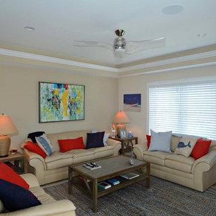 フィラデルフィアの中サイズのトラディショナルスタイルのおしゃれな独立型ファミリールーム (ベージュの壁、トラバーチンの床、暖炉なし、据え置き型テレビ、茶色い床) の写真