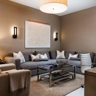 マイアミの中サイズのトロピカルスタイルのおしゃれな独立型ファミリールーム (茶色い壁、磁器タイルの床、埋込式メディアウォール、白い床) の写真
