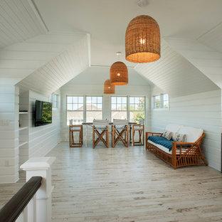他の地域の大きいビーチスタイルのおしゃれなファミリールーム (ゲームルーム、白い壁、セラミックタイルの床、暖炉なし、壁掛け型テレビ) の写真