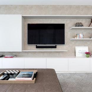 Imagen de sala de estar abierta, moderna, pequeña, con pared multimedia