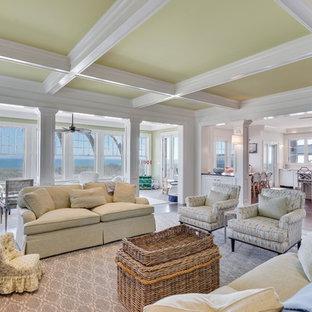 ニューヨークの大きいビーチスタイルのおしゃれなファミリールーム (ライブラリー、白い壁、濃色無垢フローリング、標準型暖炉、木材の暖炉まわり、壁掛け型テレビ、茶色い床) の写真