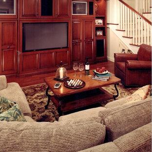 Ispirazione per un soggiorno chic di medie dimensioni e aperto con pareti bianche, pavimento in legno massello medio, nessun camino e parete attrezzata
