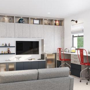 ニューヨークの広いコンテンポラリースタイルのおしゃれなオープンリビング (ゲームルーム、青い壁、淡色無垢フローリング、埋込式メディアウォール、ベージュの床) の写真
