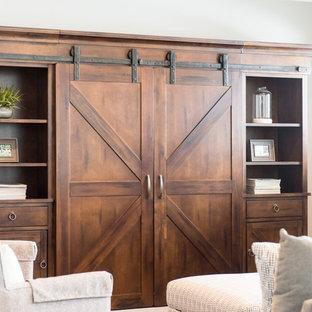 Idee per un soggiorno stile rurale di medie dimensioni e chiuso con pareti bianche e TV nascosta