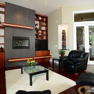 シアトルのコンテンポラリースタイルのおしゃれなオープンリビング (ベージュの壁、スレートの床、横長型暖炉、タイルの暖炉まわり) の写真