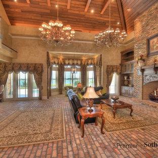 Ispirazione per un ampio soggiorno classico aperto con pavimento in mattoni, stufa a legna e cornice del camino in mattoni