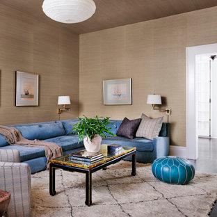 Mittelgroßes, Abgetrenntes Klassisches Wohnzimmer ohne Kamin mit beiger Wandfarbe, dunklem Holzboden, braunem Boden, Tapetendecke und Tapetenwänden in Austin