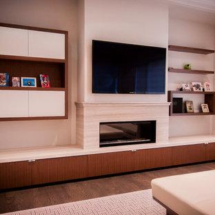 Idee per un soggiorno moderno di medie dimensioni e aperto con pareti beige, pavimento in legno massello medio, TV a parete, pavimento marrone, camino lineare Ribbon e cornice del camino in pietra