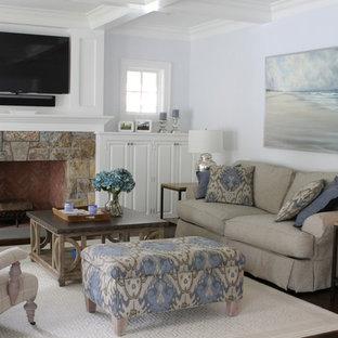 Ispirazione per un soggiorno classico di medie dimensioni e aperto con pareti grigie, parquet scuro, camino classico, cornice del camino in legno e TV a parete
