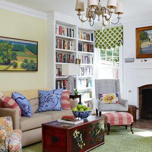 Modelo de sala de estar cerrada, de estilo de casa de campo, sin televisor, con chimenea tradicional, paredes amarillas, suelo de ladrillo, marco de chimenea de ladrillo y suelo marrón