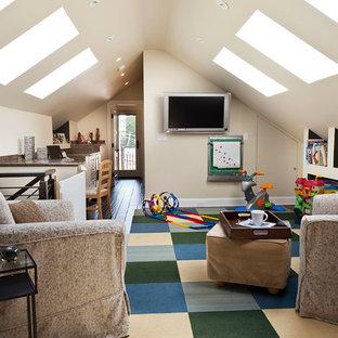 Mittelgroßes Klassisches Wohnzimmer im Loft-Stil mit weißer Wandfarbe, dunklem Holzboden, Wand-TV und braunem Boden in Chicago