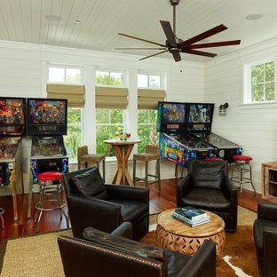 Immagine di un soggiorno tropicale con sala giochi, pareti bianche, parquet scuro e TV autoportante