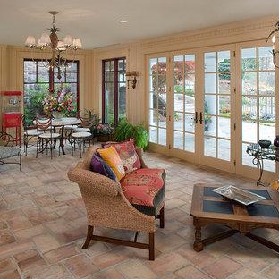 Immagine di un ampio soggiorno chic chiuso con pareti beige e pavimento in terracotta