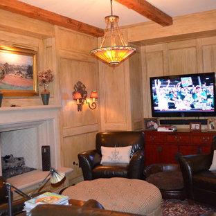 サンディエゴの大きいミッドセンチュリースタイルのおしゃれなファミリールーム (ホームバー、黄色い壁、カーペット敷き、標準型暖炉、漆喰の暖炉まわり、壁掛け型テレビ) の写真