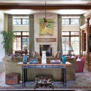 デンバーのトラディショナルスタイルのおしゃれなファミリールーム (白い壁、濃色無垢フローリング、標準型暖炉、石材の暖炉まわり、埋込式メディアウォール) の写真