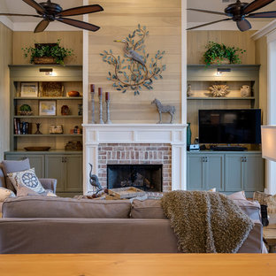 Idées déco pour une salle de séjour craftsman ouverte avec un sol en bois brun, une cheminée standard, un téléviseur dissimulé, un mur marron et un sol marron.