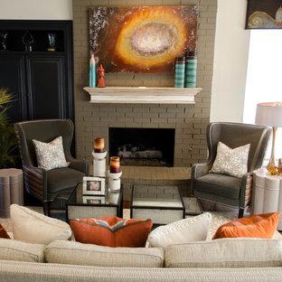ダラスのエクレクティックスタイルのおしゃれなファミリールーム (標準型暖炉、レンガの暖炉まわり) の写真